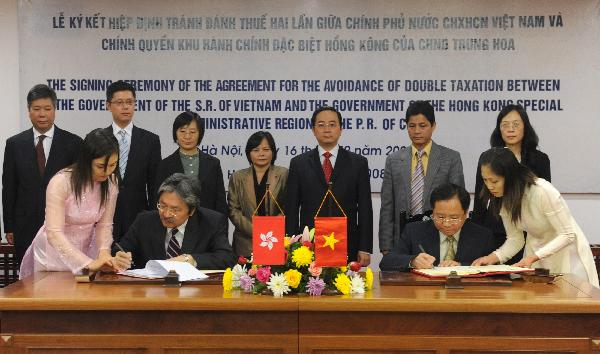 The Financial Secretary, Mr John C Tsang (front row, second left), and the Vice-Minister of Finance of Vietnam, Mr Do Hoang Anh Tuan (front row, second right), sign the Comprehensive Agreement for the Avoidance of Double Taxation between Hong Kong and Vietnam in Hanoi today (December 16).